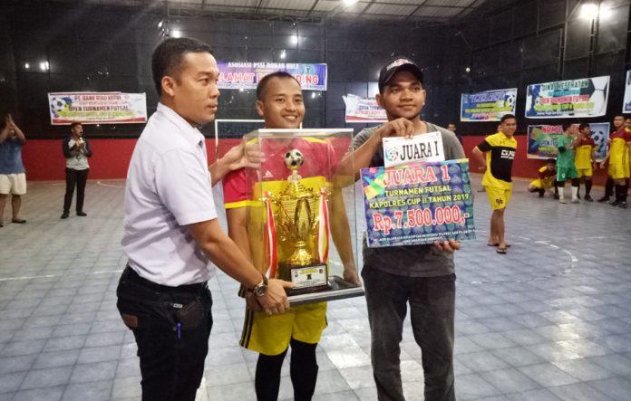 Ketua KONI Rohul, Khairul Fahmi MT menyerahkan hadiah kepada sang juara dari Ginta Vision sebagai juara I