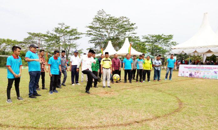 Ketua PWNU Riau, Tengku Rusli Ahmad melakukan tendangan bola pertama tanda Turnamen Mini Soccer Porkes Cap I resmi di mulai