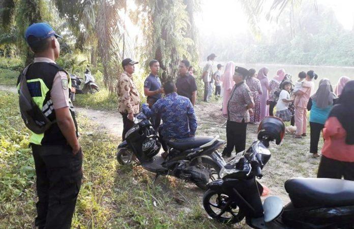 Aparat Pemerintahan dan Kepolisian Kecamatan Ujungbatu beserta warga di lokasi kejadian