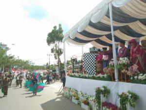 Bupati Rohul, H Sukiman melepaskan kontingen pada pawai takruf dengan ditandai melambaikan bendera