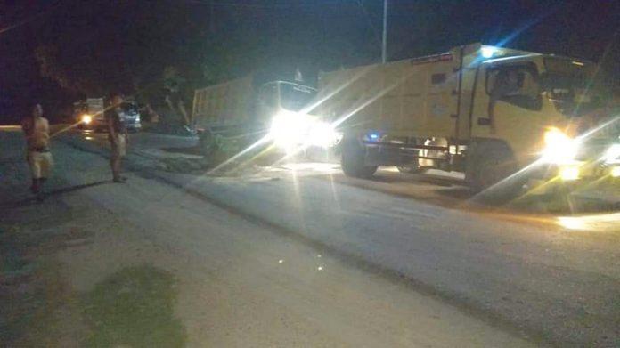 Akibat Jalan Rusak, Satu Unit Mobil Dum Truck Bermuatan Penuh Terpuruk