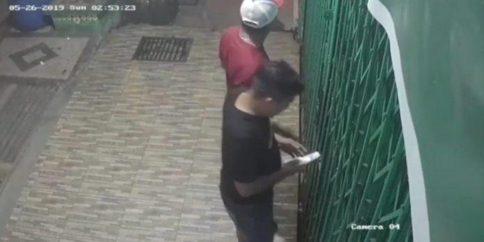 Aksi maling saat membobolkan pintu Husen Ponsel