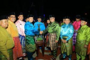 MTQ Ke XIX serahkan piala bergilir juara umum mtq xix tingkat kabupaten rokan hulu kepada camat kabun