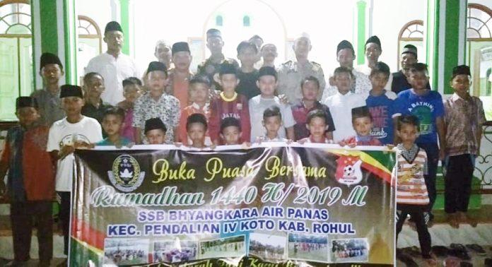 foto bersama SSB Bhayangkara Air Panas dengan Kapolsub Sektor Pendalian IV Koto dan seluruh hadirin