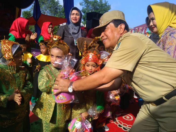 Bupati Rohul, H Sukiman memberi bingkisan kepada siswa TK Yayasan Azza yang telah diwisudakan