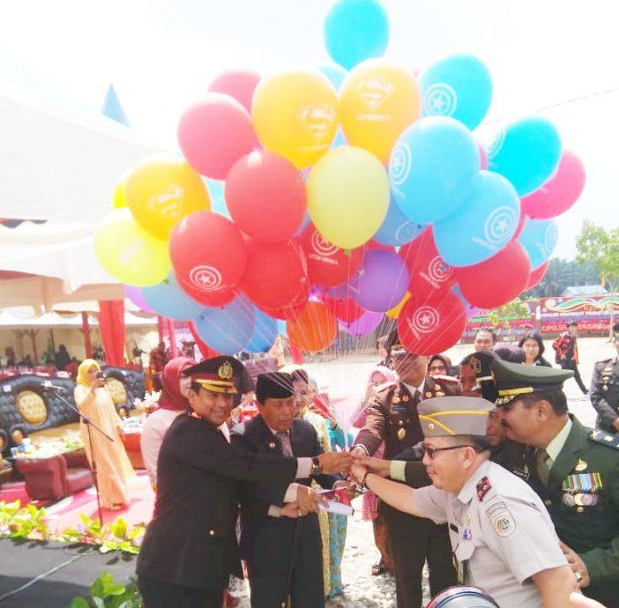 Bupati Rohul, H Sukiman dan Kapolres Rohul, AKBP Muhammad Hasyim Risahondua SIK MSi melepaskan Balon Udara