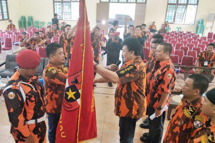 Sekertaris MPW Pemuda Pancasila Riau Bung Fran Rizal bersama undangan dan saat menyerahkan bendera petaka PP kepada Bung Reynaldi SE Ketua terpilih pada Muscablub MPC PP Rokan Hulu