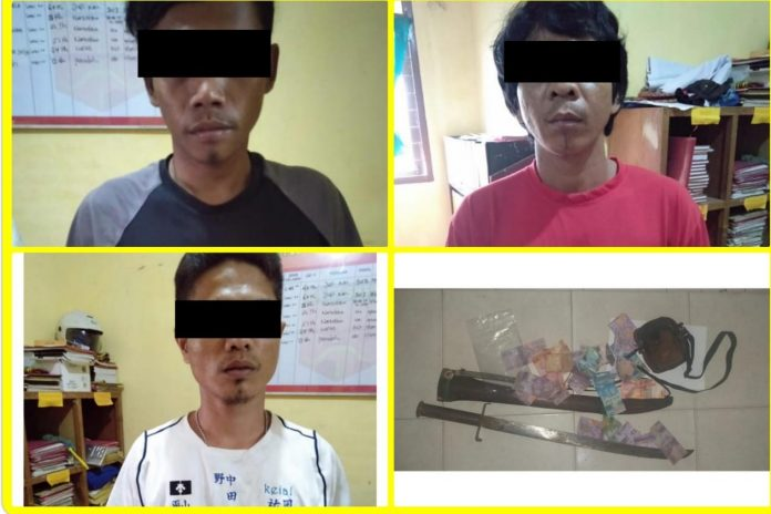 Ketiga pria yang diduga oknum LSM diamankan Mapolsek Bonai Darussalam