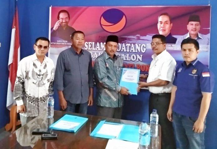 Tim Penjaringan DPD II Partai Nasdem Rohul, Hendri menyerahkan Formulir pendaftaran kepada Balon Bupati Rohul 2020-2025, Ir H Hamulian Nasution