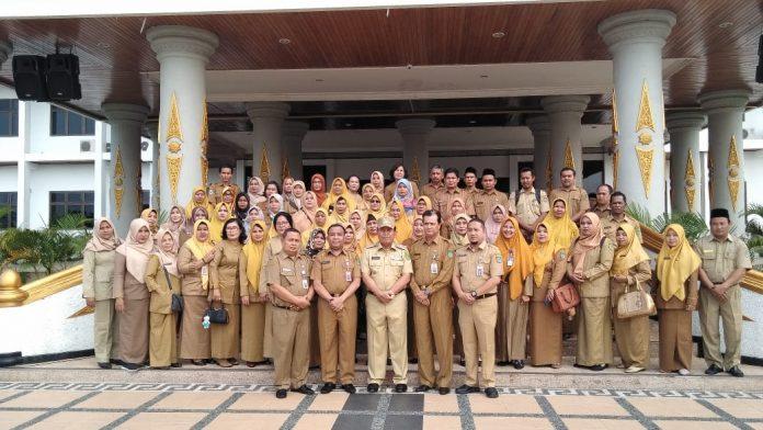 Foto bersama Bupati Rohul, H Sukiman dengan 450 PNS naik pangkat dan 30 PNS akan pensiun