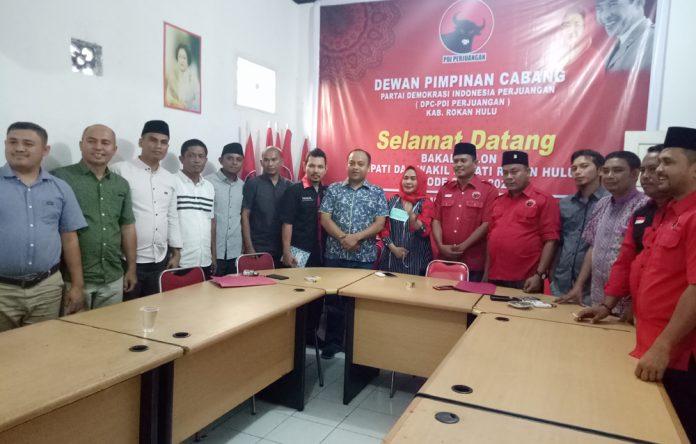 Usai mengambil formulir pendaftaran, Andrizal dan rombongan foto bersama dengan pengurus DPC PDIP Rohul, Kamis (19/9/2019)