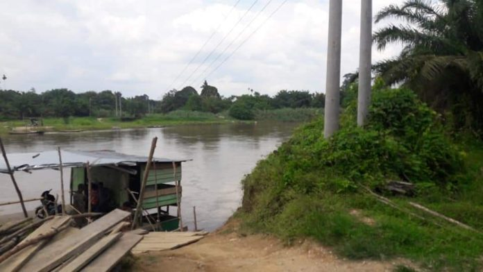 Kondisi pondasi tiang listrik milik PLN di Dusun III Kecamatan Kepenuhan Hulu terjadi abrasi.