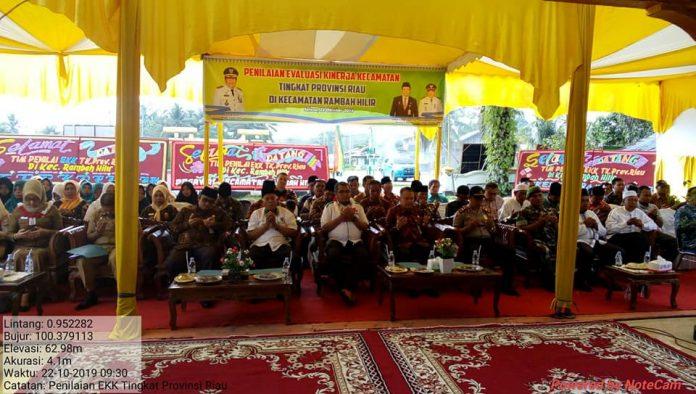 Asisten I Setda Rohul bersama Tim Penilai EKK Provinsi sedang berdoa dalam penymbutan di halaman kantor camat Rambah Hilir