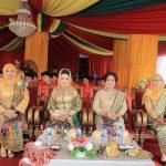 Ketua Tim Penggerak PKK Kabupaten Rohul (dua kiri), Ketua Bhayangkari Rohul Ny Evie Dasmin, Ketua Dharma Wanita Persatuan Rohul Hj Neti Herawati Haris, istri Ketua Pengadilan Negeri Pasirpengaraian Ny Sunoto saat hadiri upacara peringatan Hari Jadi ke 20 Kabupaten Rohul