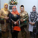 Ketua Tim Penggerak PKK Rohul Hj Peni Herawati Sukiman foto bersama dengan Anggota DPRD Riau Hj Septina Primawati Rusli, Ketua Dharma Wanita Persatuan Rohul Hj Neti Herawati Haris (kiri) dan Angota DPRD Rohul Hj Sumiartini (kanan)