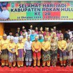 Wakil Gubernur Riau H Edi Natar SIP foto bersama dengan Bupati Rohul H Sukiman, Forkopimda dan para tokoh pendiri Rohul usai hadiri upacara peringatan Hari Jadi ke 20 Kabupaten Rohul