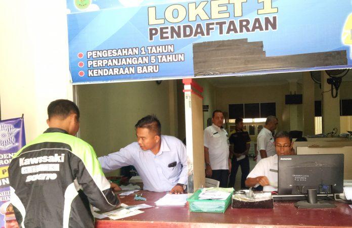Kepala UPT Samsat Pasirpengaraian, Zulkafli didampingi Kasi Pendapatan Daerah, Nasrul Syah tengah meninjau ruang pelayan. Rabu (16/10/2019)