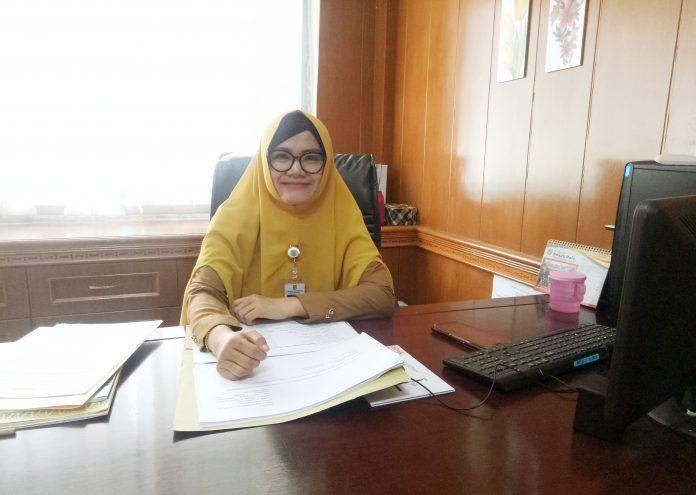 Kabag Organisasi Setda Rohul, Sinta Sapta Kumala SSTP diruang kerjanya. Senin (21/10/2019) pagi.