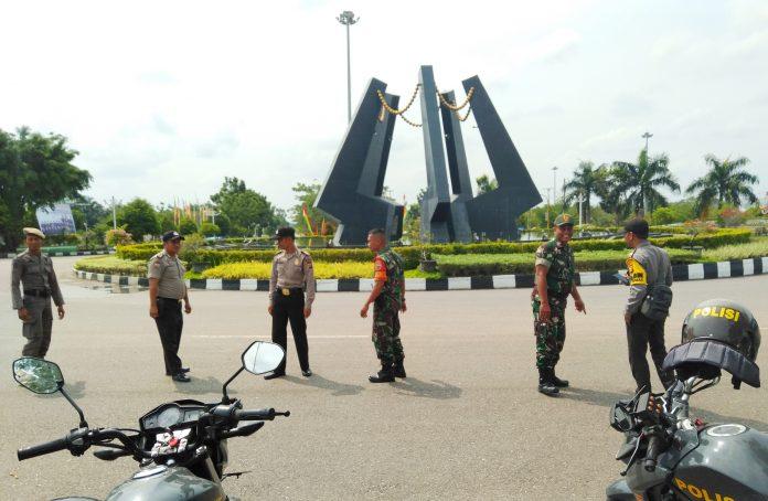 TNI Polri dan Satpol PP Rohul patroli di bundaran ratik togak Pasirpengaraian