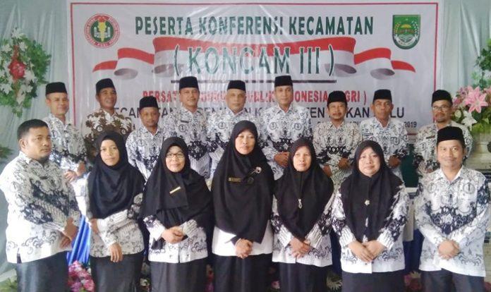 Ketua PGRI Rohul, DR Adolf Bastian MPd usai acara foto bersama dengan pengurus PGRI Kecamatan Kepenuhan