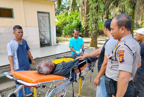 Kapolsek Rambah, Iptu P Simatupang mengevakuasi korban yang ditemukan tergeletak di Jembatan Kampung Baru