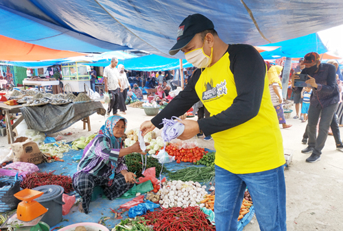 Balon Bupati Rohul, H Hamulian SP sedang mebagikan masker di pasar tradisional dalu-dalu Kecamatan Tambusai, Ahad (12/4/2020)