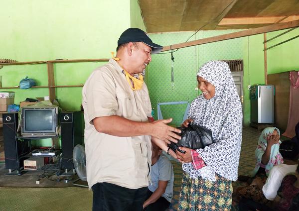 Bakal Calon Bupati rohul, H Hamulian membagikan sembako kepada salah seorang warga Desa Cipang Kiri Hilir