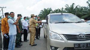 Bupati Rohul H Sukiman menyampaikan imbauan pemerintah kepada pengemudi kendaraan bermotor roda dua dan roda empat saat meninjau Posko Pencegahan Codiv 19 di daerah perbatasan atau pintu masuk kabupaten Rohul