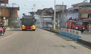 Satu unit mobil Water Cannon milik Polres dan satu unit Mobil Damkar milik Pemkab Rohul sedang melakukan penyemprotan disinfektan di jalan protokol Jalur dua Tuanku Tambusai dan Diponego Pasirpengaraian