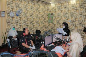 Bupati Rohul H Sukiman bersama Ketua Tim Penggerak PKK Rohul Hj Peni Herawati Sukiman melakukan talk show di Radio Suara Lima Luhak milik Dinas Kominfo Rohul, dalam menyampaikan imbauajn dan kebijakan Pemkab Rohul dalam penanganan pencegahan Covid-19