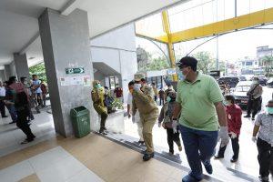 Bupati Rohul H Sukiman memimpin pelaksanaan penyemprotan disinfektan di Pasar Modern Kampung Padang bersama Forkopimda, dalam rangka pencegahan penularan covid-19